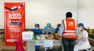 La Alcaldía de Santa Marta hace campañas públicas para tomar muestras contra el covid-19.