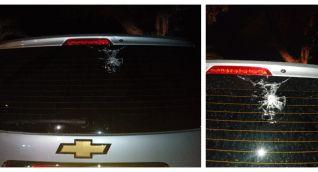 El vehículo en el que se movilizaba la dirigente política fue impactado en el vidrio trasero.