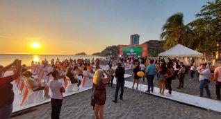 Virna Johnson promoviendo evento con presencia de múltiples personas.