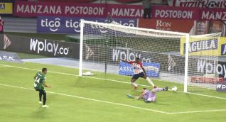 Remate de Jonatan Alvez para el segundo gol 'verdolaga'.