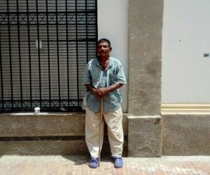 Armando Ayala Campusano lleva casi dos décadas pidiendo limosnas.