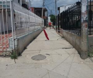 Cadena puesta en un callejón del barrio El Bosque