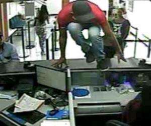 """Momento en que alias """"el Orejas"""" atracó a una entidad bancaria."""