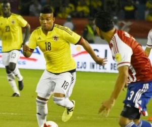 El lateral colombiano Frank Fabra enfrentando a Gustavo Gómez.