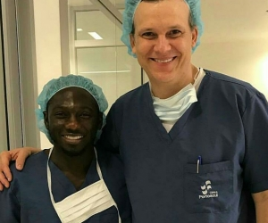 Yimmi Chará con el médico que atendió el parto de su esposa.