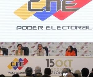 Fotografía cedida por la Agencia Venezolana de Noticias (AVN), de (i-d) los rectores del Consejo Nacional Electoral (CNE), mientras participan en el anuncio de resultados oficiales de las elecciones regionales.