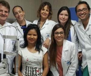 Yastefi Gil, acompañada por el grupo de especialistas de la Clínica Oftalmológica encargados de que recupere la vista