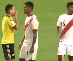 Falcao García hablando con los jugadores de Perú.