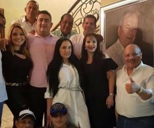 La reunión en casa de la diputada Margarita Balén con la Representante a la Cámara Aida Merlano, de blanco. Atrás como un testigo la foto de Jorge Gerlein.