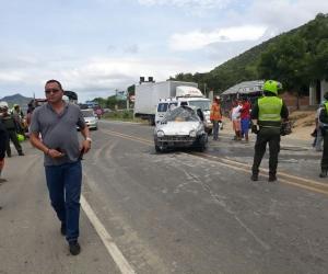En la mitad de la carretera y fuertemente golpeado quedó el carro donde viajaban los dos policías.