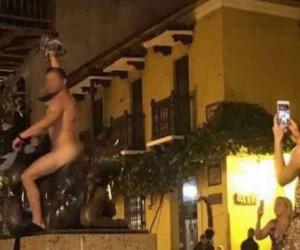 Fotografía tomada por una ciudadana en el momento en el que el hombre estaba desnudo sobre la escultura.