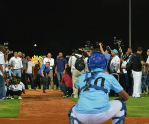 Con un lanzamiento de pelota, Rafael Martínez inauguró el primero de 12 escenarios deportivos.