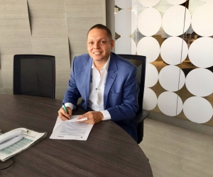 Alcalde de Ciénaga, firmando el convenio con Fontur
