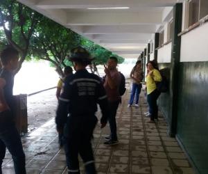 Bomberos en el colegio Juan Maiguel de Osuna.