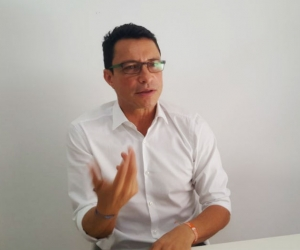 El precandidato Carlos Caicedo durante la entrevista.