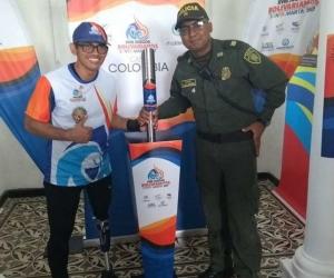 Un Policía lesionado por la guerra fue el encargado de hacer uno de los relevos de la llama bolivariana. El 24 de octubre de 2011, cuando se hallaba.