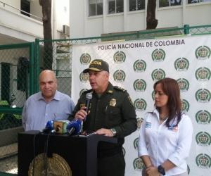 Vicente Guzmán, director seccional de fiscalías; Gonzalo Londoño Portela, comandante Regional 8 de la Policía y Jimena Abril de Angelis, alacaldesa encargada del Distrito, durante la rueda de prensa.
