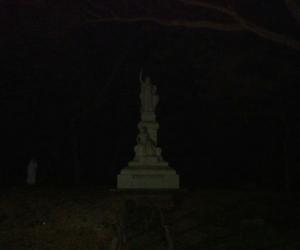 Imagen donde se aprecia una figura femenina, aparentemente la llorona, en la Quinta de San Pedro Alejandrino.