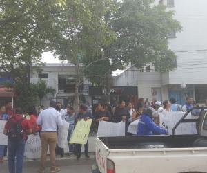 Alrededor del CTI de la Fiscalía en Bavaria, decenas de personas se manifiestan en favor de Martínez y Caicedo.