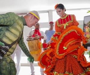 La representación del hombre caimán, Edgar Romano y la reina del festival, Andrea Verbel Saumeth.
