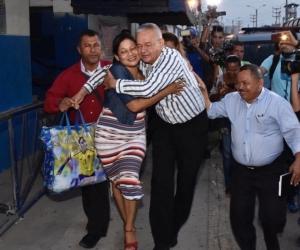Familiares y amigos los recibieron al pastor Manuel Salvador Ibarra a la salida de La Modelo.