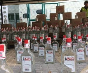 Las autoridades incautaron el licor adulterado que se pretendía comercializar.