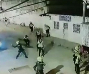 En los videos se aprecia como los uniformados se enfrentan con la comunidad.