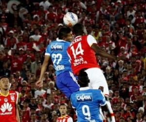 Jhon Vásquez disputa el balón con Baldomero Perlaza.