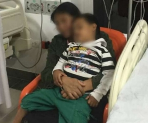 Niño ebrio e intoxicado por culpa de su padrastro.