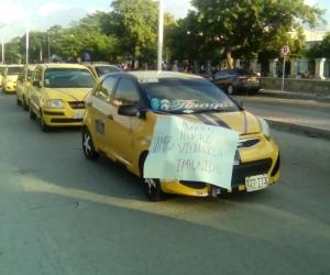 Taxistas salieron a las calles a exigir seguridad.