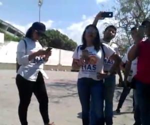 Un grupo de ciudadanos rodearon a la mujer y la grabaron. Denuncia que la agredieron verbalmente.