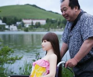 Senji Nakajami pasea a su muñeca y comparte tiempo de pareja con el objeto sexual.