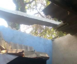 Tres viviendas quedaron sin parte de su techo y una además se le cayó una pared.