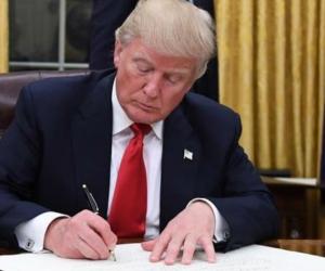 Presidente de los Esatados Unidos, Donald Trump, firmando el decreto.