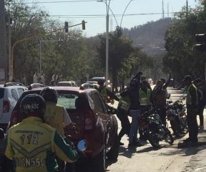 Grupos de policías se agolpan en los semáforos para hacer requisas.
