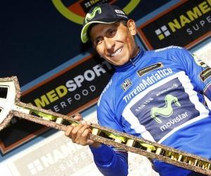 Nairo Quintana celebra su victoria en el podio.