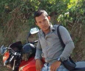 Esta es la foto a la que hace referencia alias Yeri, en la que sale sobre una moto de su hermano.