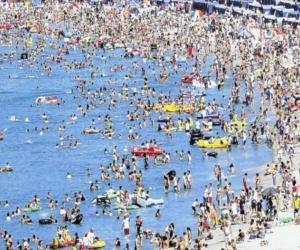 Playa del El Rodadero en temporada alta.