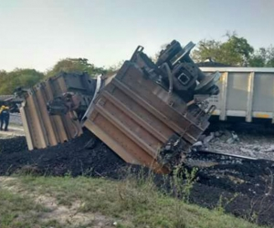 Este es uno de los vagones descarrilados y volcado a un lado de la vía.