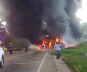 El camión se incendió luego de volcarse en la vía.