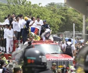 El cuerpo del artista fue transportado en un camión de bomberos.