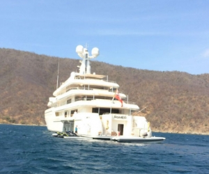 La familia de Bill Gates estuvo todo el día a bordo del mega yate, antes de partir con rumbo a las islas de San Bernardo del Viento.