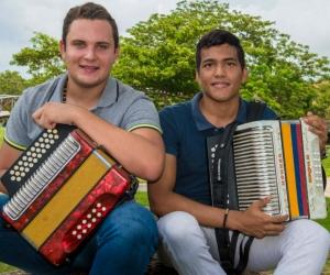Estos dos jóvenes talentos oriundos de El Banco, Magdalena y de Santa Marta respectivamente, viajarán a la tierra del Cacique Upar para competir con otros 65 participantes y traerse la esperada corona en la categoría de Acordeón Aficionado.