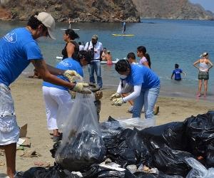 Más de 500 estudiantes se tomaron las playas de Taganga en una jornada de limpieza.