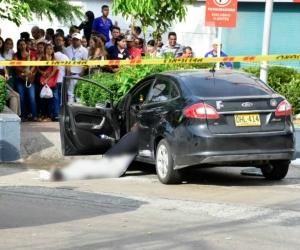 Los dos hombres muertos quedaron en el interior del Ford negro en el que se desplazaban.