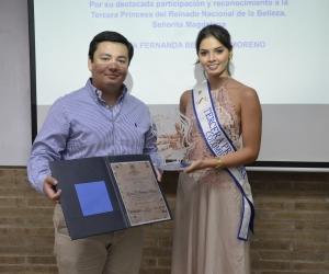María Fernanda Betancur recibiendo el reconocimiento de manos del subsecretario general de la Universidad Sergio Arboleda, Juan Pablo Santrich.