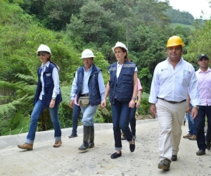 Manuel Vives Rovira (der) haciendo una visita a terreno con la Gobernadora.