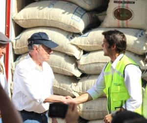 El presidente Juan Manuel Santos saluda al gerente de la Sociedad Portuaria, durante el embarque del café.