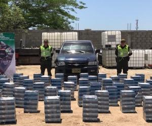 La Policía Aduanera exhibe la carga de cigarrillos incautada.