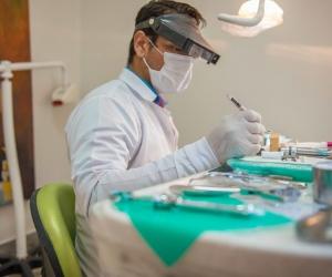 El doctor Jimmy Palacio (en la fotografía), director de la clínica odontológica ClearDent, durante su trabajo habitual en la atención de pacientes en el área odontológica.